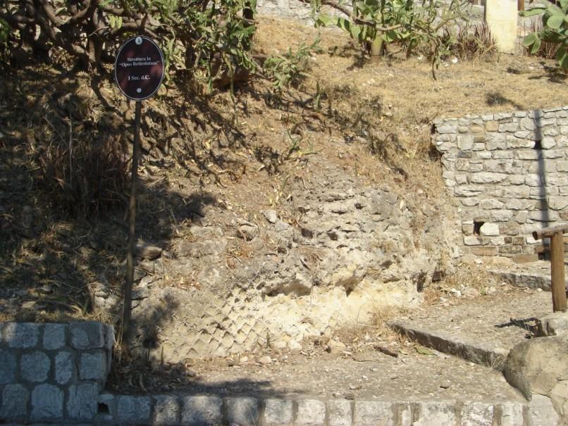 Danneggiamento tratto muro Romano