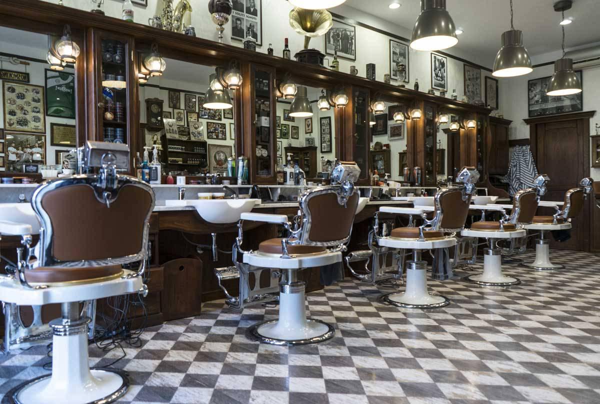 Nel mondo boom per i barber shop italiani grazie a una for Arredamento barbiere