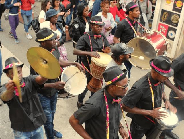 La band di percussioni richiedenti asilo centri d'accoglienza
