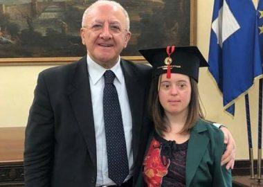Giulia Sauro festeggia la laurea con 110 e lode al fianco del governatore De Luca