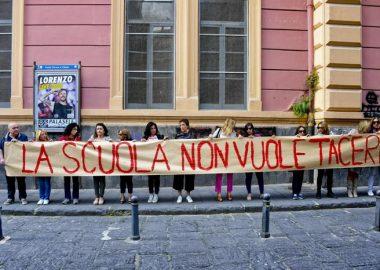 Il flash mob alla scuola De Amicis di Napoli dopo le scritte contro la maestra