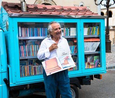 Bibliomotocarro e il maestro commendatore, premiato dal Presidente della Repubblica